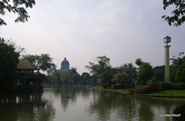 Зоопарк Дусит. Вид на Королевский дворец.